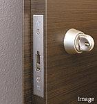 玄関サムターンについているスイッチを指でつまみながら回す方式を採用。外部から針金等を使って不正解錠する犯罪に効果を発揮します。