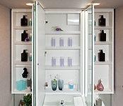 樹脂製棚は、収納物に合わせ位置を変更可能。取り外せば洗えます。キャビネット内部は清潔感のあるスーパーホワイト仕上げです。