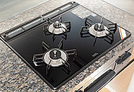 使いやすくすっきりしたデザイン。立ち消え安全装置や温度上昇を自動的に感知し制御する過熱防止機能付です。