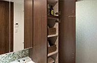 洗面室にはリネン庫を設置。棚は使いやすい可動式になっており、高さ調節も簡単。タオルや洗剤などをストックするのに重宝します。
