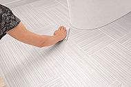 飛び散り・垂れ汚れから床を守り、シミや変色を防ぎます。汚れやニオイが染み込まず、汚れてもサッとひと拭きで、清潔空間を保ちます。