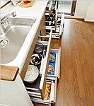 キッチンのスライド収納は、フルオープンレールを採用し、大きな調理器具等の出し入れも簡単。