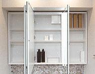 3面鏡の裏にはたっぷりと小物類を整理できる収納スペースを設置。カウンターまわりをすっきりと片付けられます。