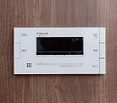 浴室リモコンには、給湯器で使用したガスやお湯の使用量を画面で簡単にチェックできるエネルック機能を搭載。