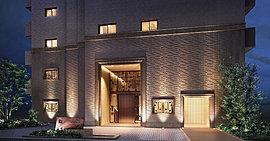 南を海岸通に、北を乙仲通に面する、港町神戸の誇りを受け継ぐ特等席を得て、デザインにこだわりディテールを創りこむ、綿密に仕立て上げられた全131邸のファサード。