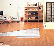 部屋を床下から暖めるガス温水床暖房を設置。理想的な頭寒足熱の暖かさを実現し、空気が汚れず乾燥しにくい、快適な暖房システムを採用。※参考写真