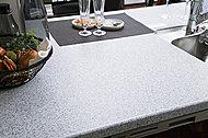 キッチンカウンターには、高級感と耐久性を兼ね備えた高品質の人道大理石を採用。熱や衝撃に強く、お手入れも簡単です。※オプション仕様