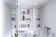 風呂上がりの湯けむりによる鏡の曇りが解消できるくもり止めヒーター付の三面鏡(中央部のみ)。裏側は全て収納スペースとしました。