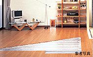 お部屋を床下から暖めるガス温水床暖房を設置。理想的な頭寒足熱の暖かさを実現し、空気が汚れず乾燥しにくいのが特徴のひとつです。