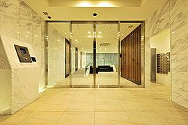 モダンな建築手法を採りながら、優雅に招き入れる空間には、この邸ならではの美意識が息づいています。天然大理石を巡らせた壁面と天然木の意匠壁に彩られ、時とともに変化する自然光が迎賓空間をやさしくつつみます。