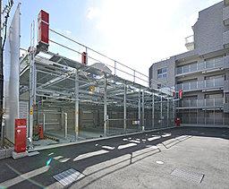 街路からセットバックさせ独立性を高めた住棟計画。