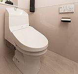従来製品よりもエコロジーな超節水タイプ。温水洗浄・暖房機能付のウォッシュレットトイレを採用しています。