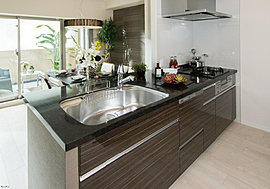 機能性を高めた家事空間に色あせない美質を添えて。食器洗浄乾燥機や水はね音を抑える静音仕様のワイドシンクなど、毎日のお料理をより楽しく快適にしてくれる設備を備えたシステムキッチン。