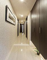 邸の品格を醸し出す迎賓空間。住まいの顔とも言えるエントランス。収納も豊富に備えて、いつもすっきりとした空間を演出します。