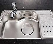 食器洗いやお手入れの際の水はね音、流水音を軽減する特殊加工のシンクで作業もはかどります。