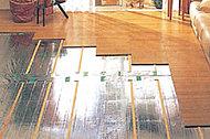 足元から部屋全体をムラなく暖める床暖房は、温風が発生しないので空気が乾燥しにくく、室内のホコリや花粉などを舞い上げることもありません。