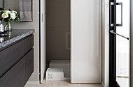 洗濯機置場には目隠し扉を設けました。生活感を抑え、スタイリッシュな洗面室を保ちます。※一部タイプを除く。
