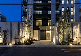 街並みの情景に配慮し、建物を囲うウォールには落ち着いた色調を採用。同時に竹林を連植することで、武家屋敷を想起させる独創的な塀を創出。ウォールを施すことで内側¥にもプライバシー性が高まり邸宅としての品位が保たれます。