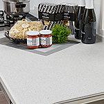 キッチンカウンターは耐久性に優れた人造大理石トップ。シンプルですっきりしたキッチン空間を演出します。