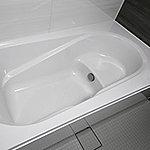 全身浴と半身浴ができる高い機能性と水道・光熱費を節約するエコ性能を両立させた浴槽形状です。