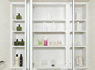 三面鏡の裏側は、化粧品や衛生用品など小物がスッキリと収まる収納スペースになっています。