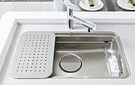 フライパンもゆとりで洗えるワイドサイズのシンク。水切りプレート等も標準装備し、効率的なお料理をサポート。