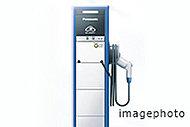 電気自動車をご利用の方向けに敷地内駐車場の1カ所に専用の充電器を設置しています。