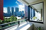 バルコニー・コーナーサッシ ※現地6階601号室より南東方面。(平成29年1月撮影)眺望等は階数・各住戸により異なり将来変わる場合があります。バルコニーにつきましては管理規定に従ってご利用いただけます