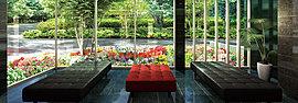 ガラス張りで開放感のあるエントランス。木場公園の緑を借景としたホール空間がご家族やゲストを優しく優雅にお出迎えします。