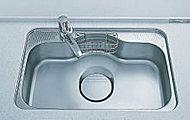 シンク裏面に制振材を貼ることで、水ハネ音を低減しました。大型のシンクに洗剤やスポンジが置けるかごを設置しました。