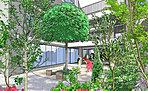 贅なるひとときを紡ぐ、静穏なインナーガーデン。住棟間には共用廊下から眺められる中庭(インナーガーデン)を設置。