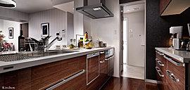 ご家族とのコミュニケーションを図りやすい、リビングとの一体感を重視したオープンスタイルを採用したシステムキッチン。ワイドカウンターの洗練されたデザインに加え、先進の機能を備えたキッチンプランをご用意しました。