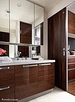 毎日使うパウダールームは、お手入れのしやすさにこだわり清潔感のある心地よい空間を演出しました。