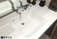 パウダールームに高級感と美しさを高めるスクエアフォルム形状の洗面ボウル一体カウンターを採用。