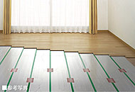 足元から部屋全体を心地よく暖房。温風がチリやホコリを巻き上げることもなく肌や喉の乾燥も抑えます。