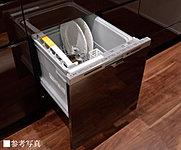 食器の出し入れがしやすいフルオープン型をビルトイン。一度に約5人分の食器を洗える容積で、低運転音。