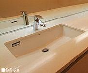 カウンタートップはキッチン天板と合わせて、クォーツ(水晶)を用いた「シーザーストーン」を採用。