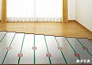 部屋全体を足元からやさしく暖める温水式の床暖房をリビング・ダイニングに標準装備。ホコリを巻き上げず、空気を汚さないためクリーンで快適です。