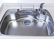 大きな鍋も楽に洗えるワイドシンクは、水はね音を抑えた静音タイプ。シンクサイドにぴったりおさまる水切りプレートも標準装備しました。