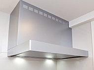 広がる油煙を誘導する整流板付き。整流板は取り外して洗えるので清潔に保てます。