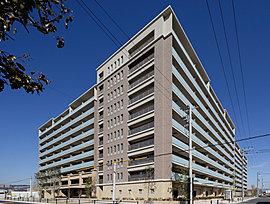 新街区のシンボルとなる、全188邸のモダンフォルム。陽光にきらめいて、ひときわ存在感を放つ「サンメゾン宝塚エルド」のフォルム。上質で開放感あふれるスタイルを、188家族が謳歌するレジデンスです。