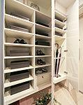 収納量豊富なトールタイプ。傘立てや、収納スペースを調節できる可動棚も備えています。※A、Atタイプを除く。