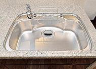排水口奥に段差を設け、鍋を置いてもスムーズに排水。水ハネ音に配慮した静音仕様です。