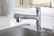 シンク内のお手入れに便利なハンドシャワータイプの水栓。いつでもおいしく、お肌にもやさしい水をすぐに利用できる浄水器を内蔵しています。
