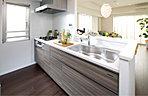 開放感と機能性を両立し、利便性を高めたキッチン。住まう人に優しい仕様へのこだわりは、家族の誰もが使いやすく快適生活を実現するために。暮らし心地を高める設備は、いつまでも色褪せない輝きを放ちます。