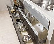 扉がゆっくりと閉まるハーン社製のレールを採用。巾木部分の空間を有効活用したスペアストッカーも備えています。(一部を除く)