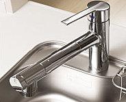キッチンの水栓は、スマートなデザインの浄水器一体型。ヘッドを引出せるので大きな洗い物やシンク洗いに便利です。