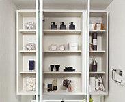ミラーの裏側には収納棚を確保。洗面用具や化粧品などの小物類をすっきりと収納することができます。