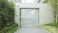 入居者以外は侵入できないよう、自転車置場の入口にはセキュリティドアを設けています。
