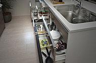 大きなフライパンやお鍋が収納できる機能的な引き出しユニットは、引き出しが閉まる直前に、ゆっくりと静かに閉まるソフトクロージング仕様(同仕様)